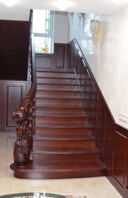 Деревяні різблені сходи