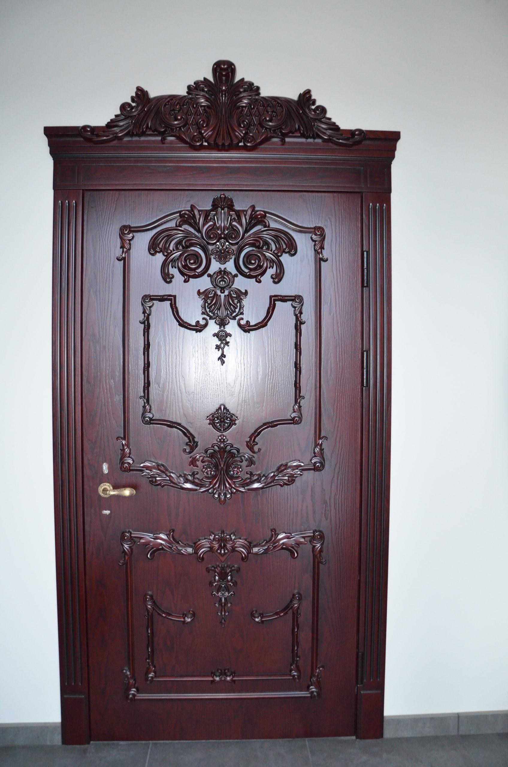 Двері з елементами різьблення